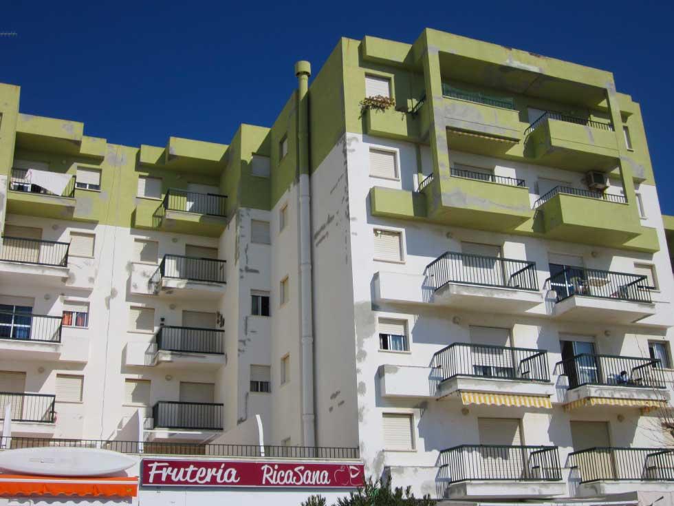 Imagen de un edificio antes de los trabajos de rehabilitación de su fachada